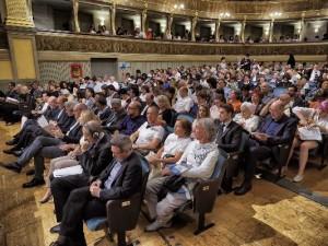- Il pubblico - una parte la sala era gremita -presente al Teatro Sociale