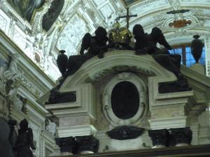 - Particolare della parte alta della struttura che si innalza dall'altare