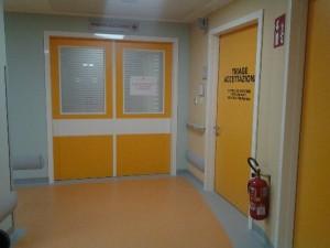- al centro l'ingresso al pronto soccorso e sulla destra l'accesso alla sala di accettazione.