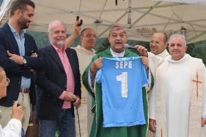 DIMARO - Presidente De Laurentiis consegna la maglia n. 1 al cardinal Sepe (Foto Italo Cuomo)